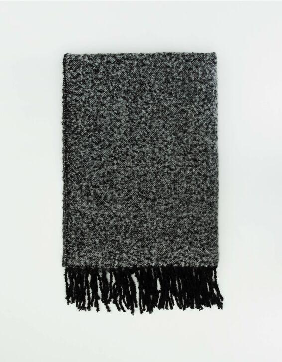 Grauer Schal mit Fransen