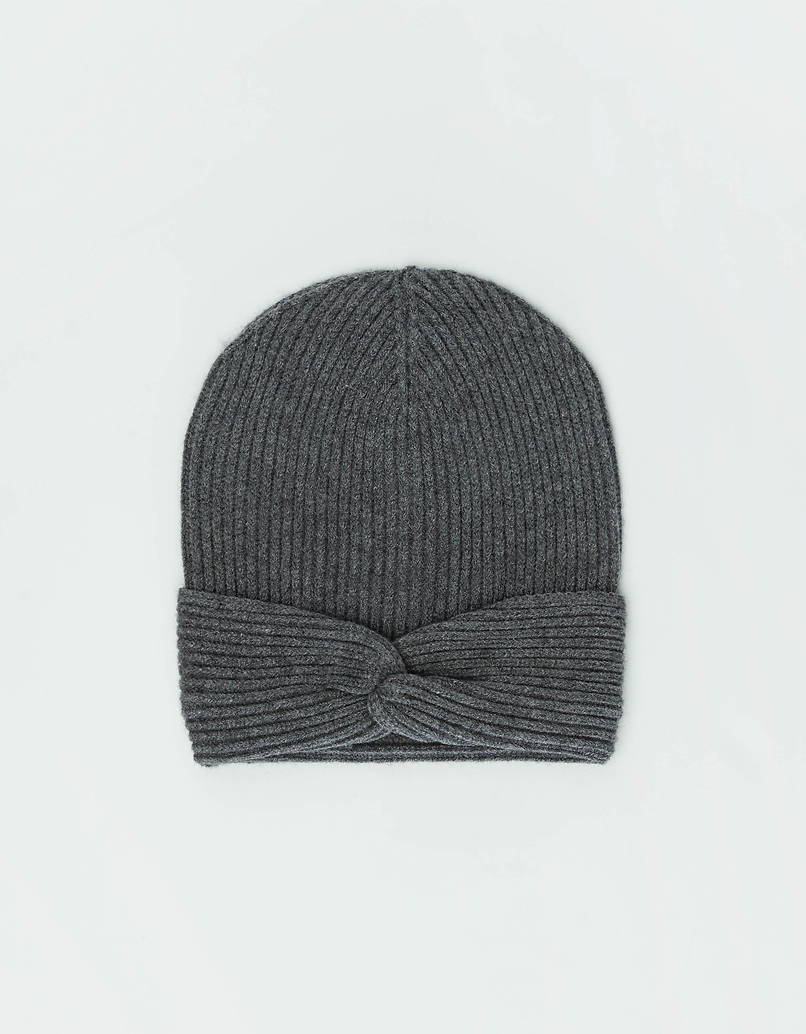Szara prążkowana czapka z dzianiny