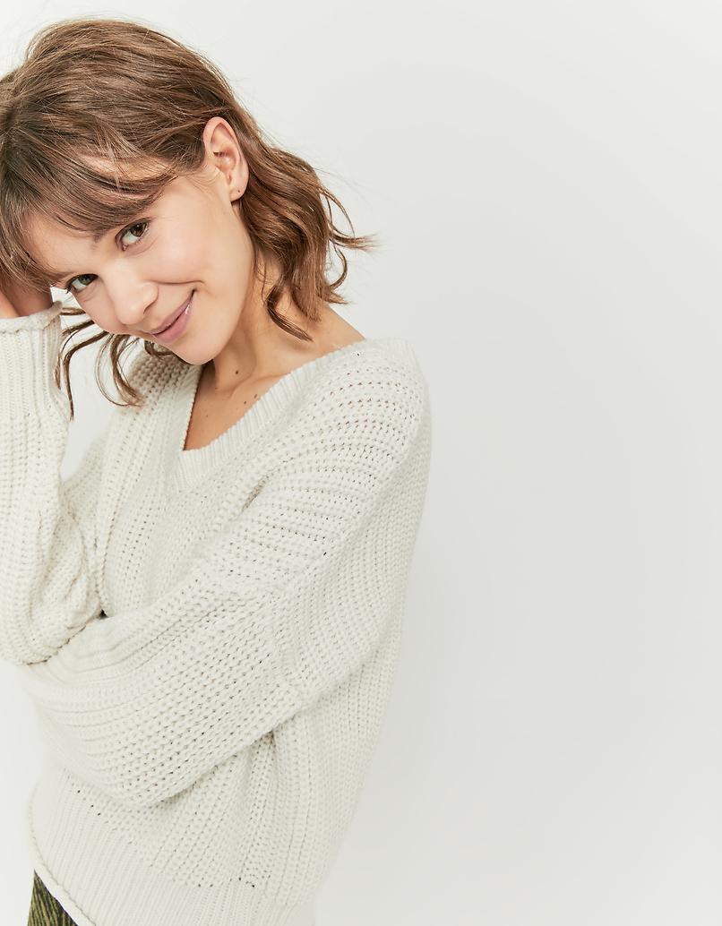 Weißer Pullover mit V-Ausschnitt