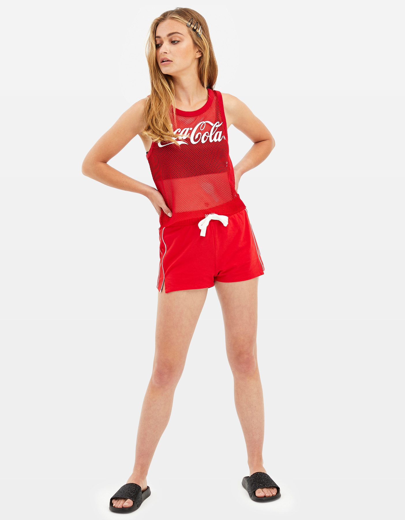 Rote Shorts mit seitlichen Streifen