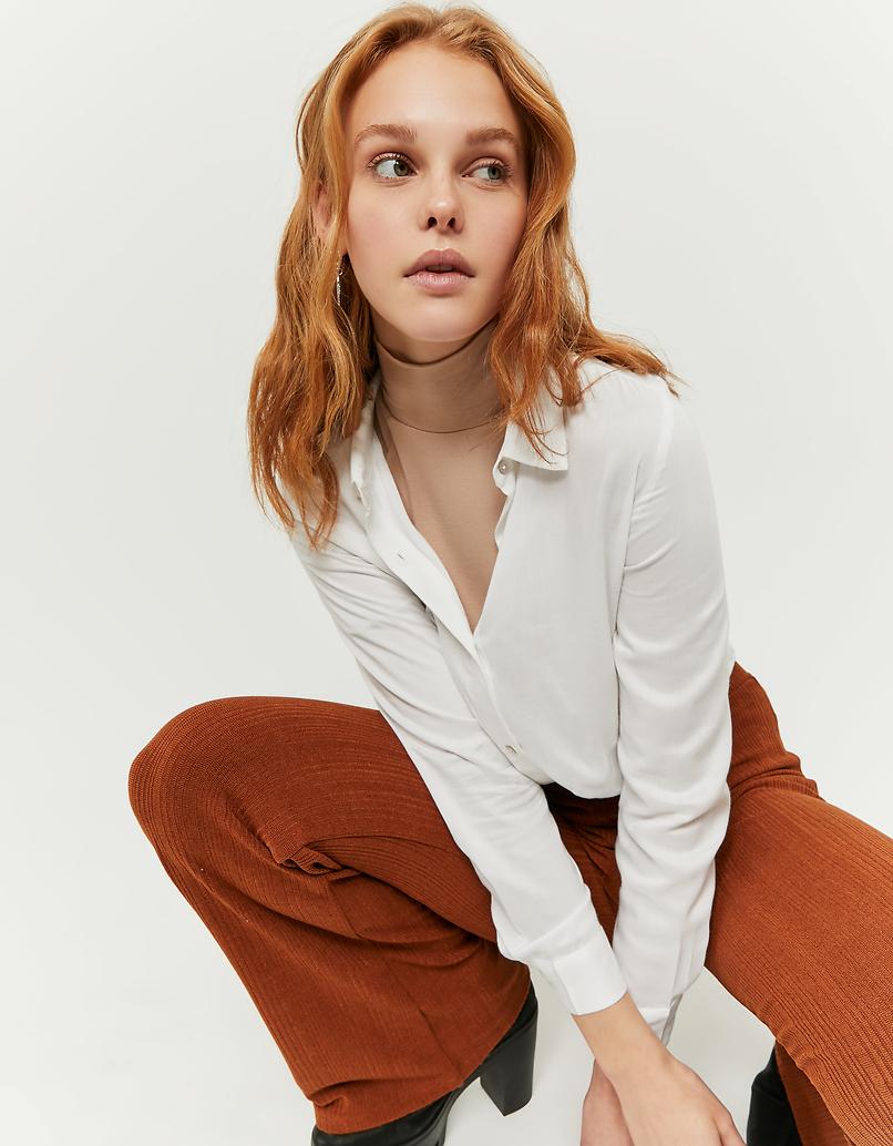 Weiße Bluse mit Knoten