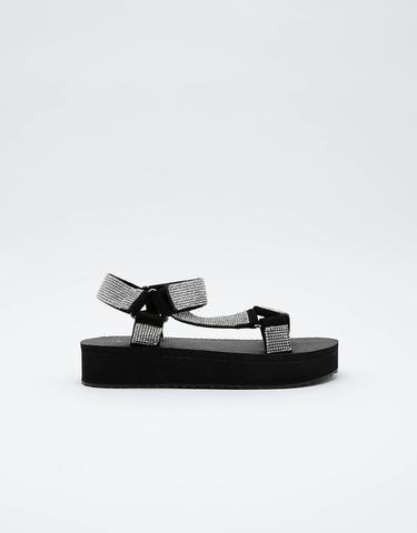 Czarne sandały z połyskiem na grubej podeszwie