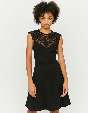 Ausgestelltes Kleid mit Spitze