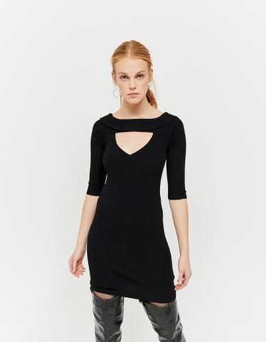 Czarna sukienka z dzianiny z wycięciem