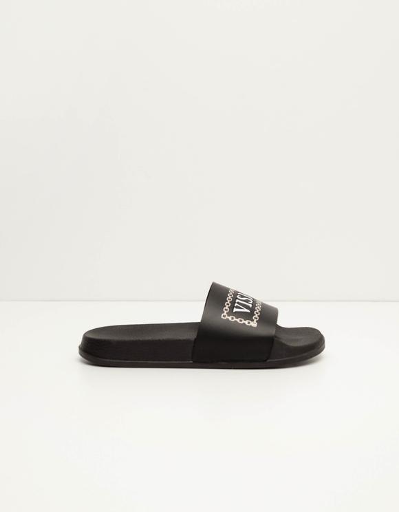Schwarze Sliders mit Aufschrift