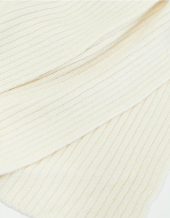 Biały prążkowany szalik z dzianiny
