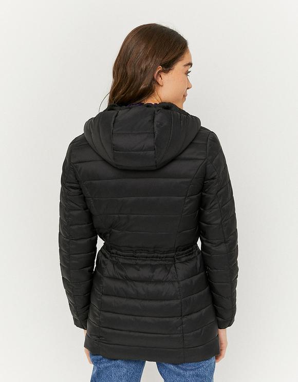 Schwarzer flauschiger Mantel