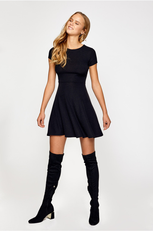 Schwarzes ausgestelltes Kleid