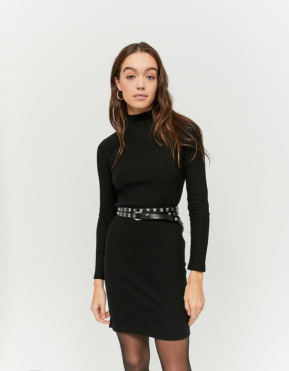 Czarna sukienka z otwartym dekoltem na plecach