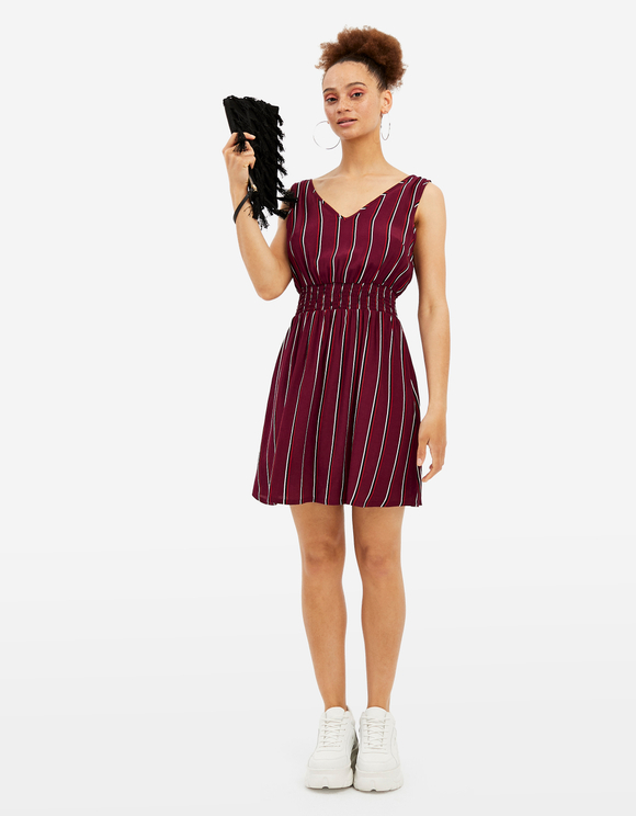 Bordeauxrotes, gestreiftes Kleid
