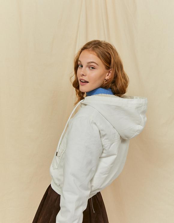Weiße kurze Jacke mit Kapuze
