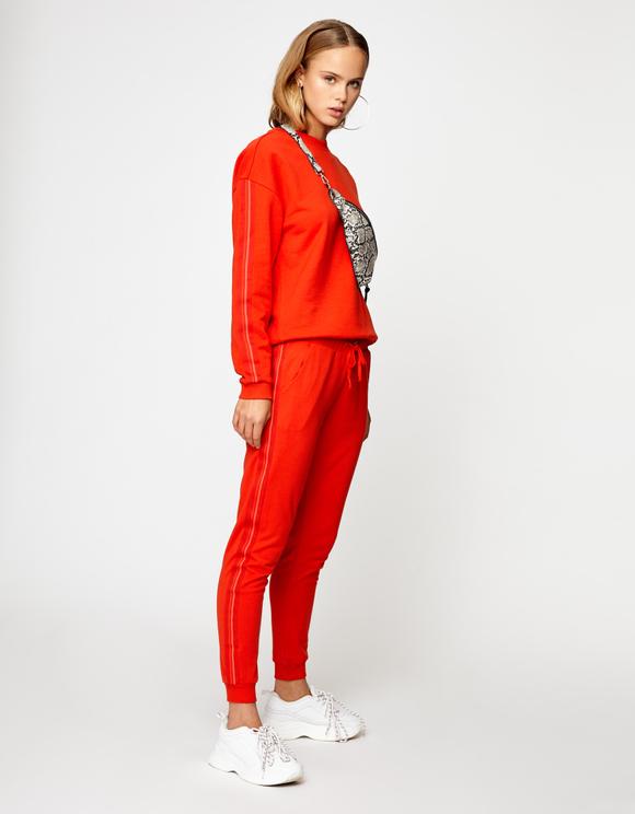 Orange-rote Joggers mit Seitenstreifen