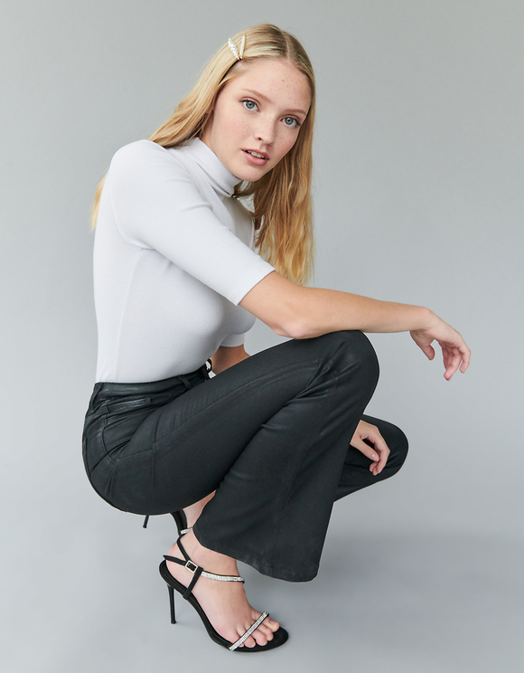 Schwarze, beschichtete Skinny Flare Hose