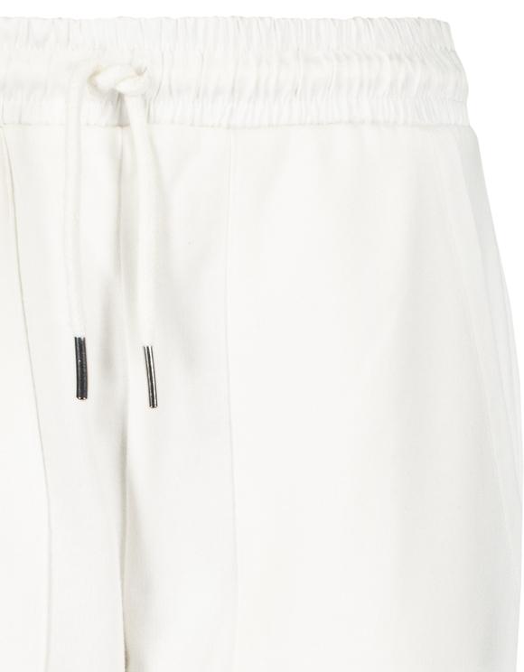 Białe joggery z satynowymi detalami