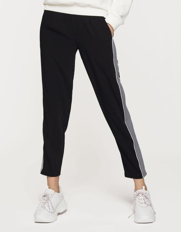 Schwarze Hose mit Seitenstreifen