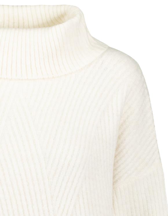Weißer Pullover mit Rollkragen