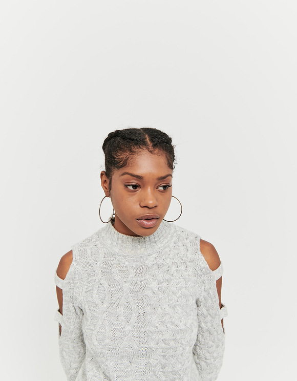 Grauer Pullover mit Zopstrickmuster und Cut Outs