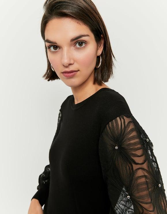 Czarny sweter z koronkowymi rękawami