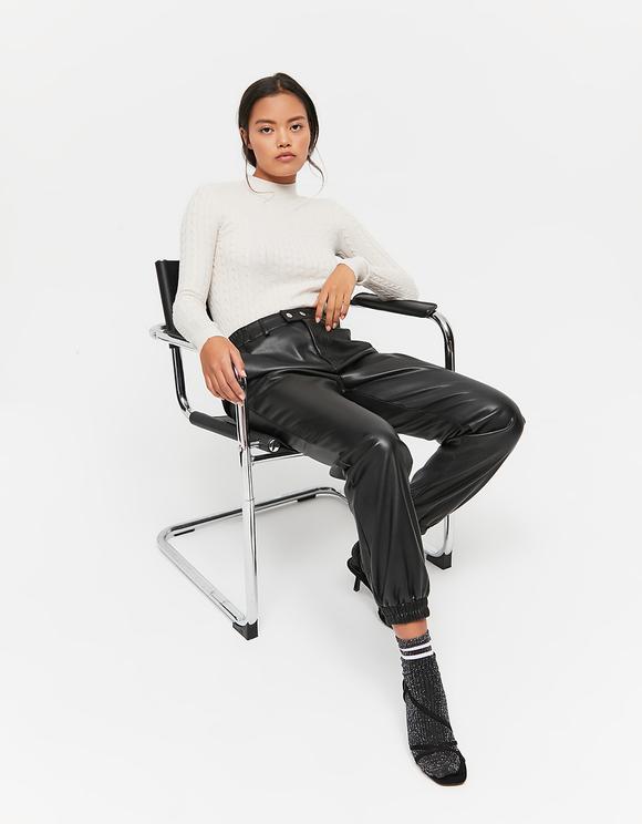 Beiger Pullover mit Zopfstrickmuster