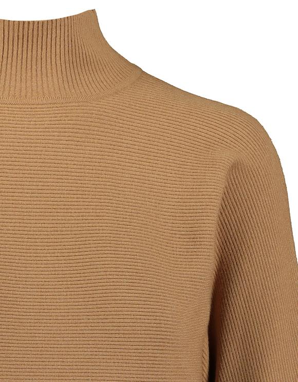Beiger Pullover mit Fledermausärmel