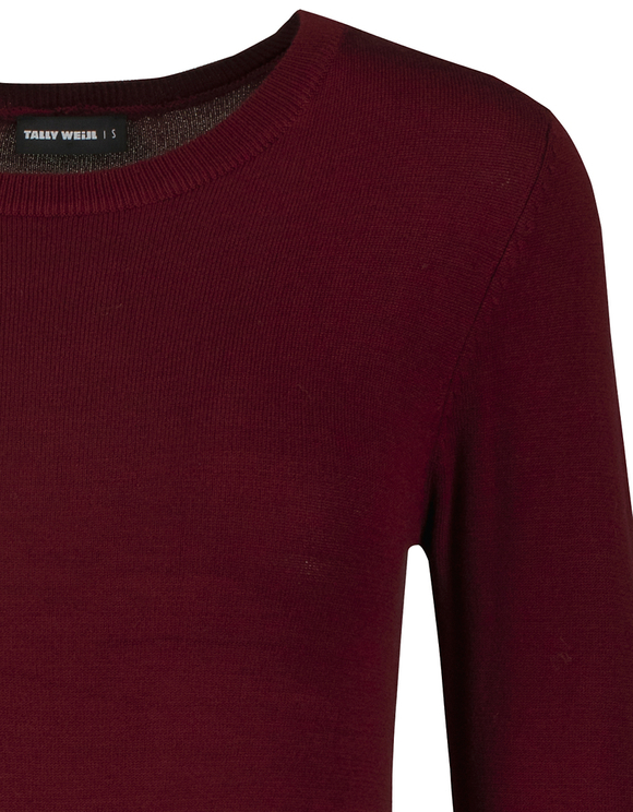 Bordeauxroter, enganliegender Pullover