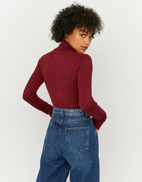 Roter Pullover mit Rollkragen