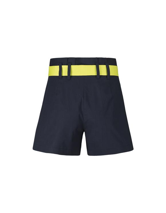 Blaue Shorts mit Gürtel