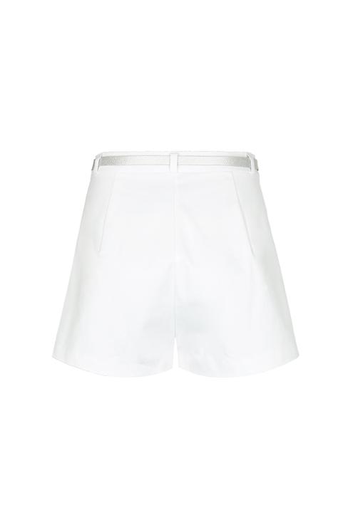 Weiße, kurze Shorts mit Gürtel