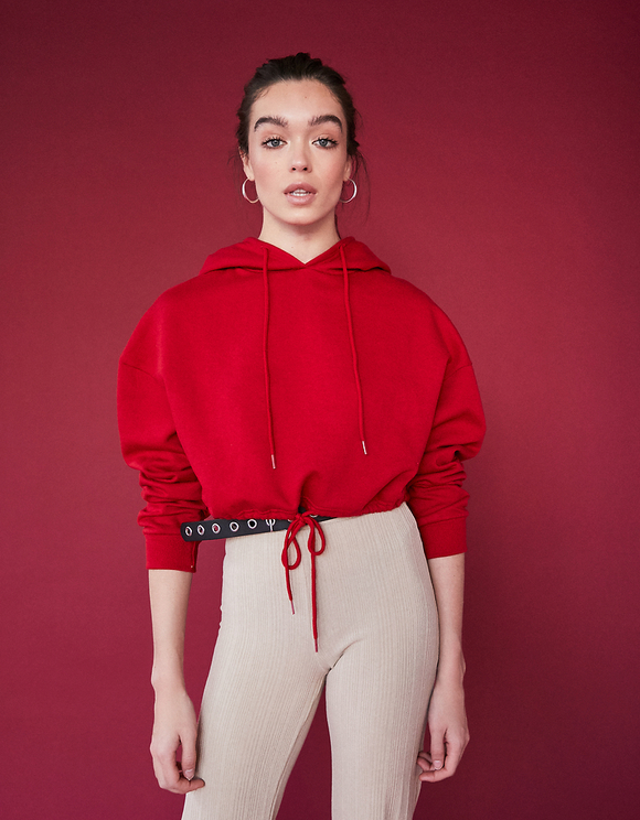 Czerwona bluza ze ściągaczem