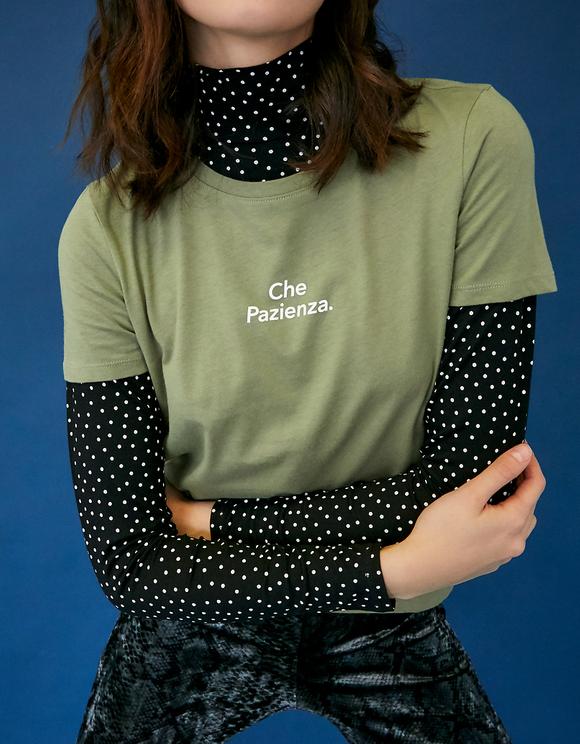 Grünes T-Shirt mit Aufschrift