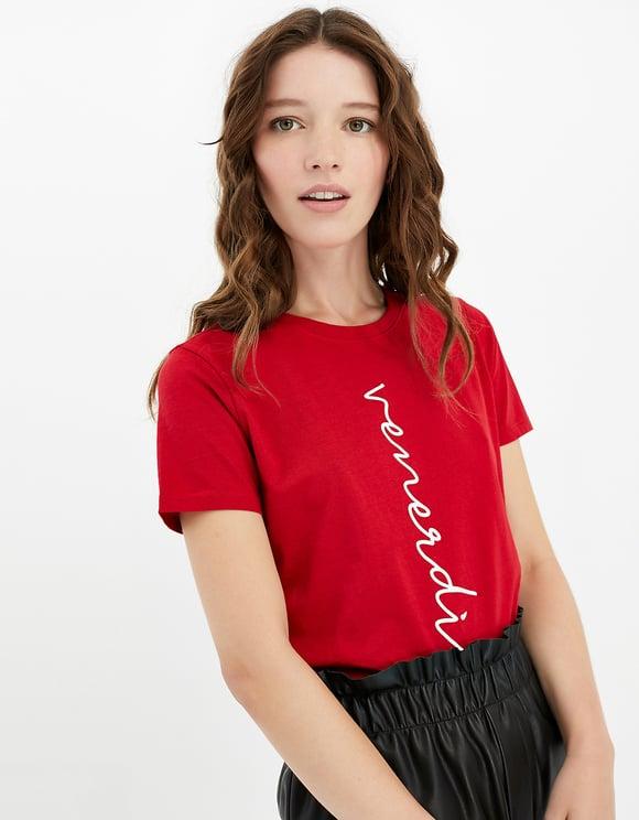 Rotes T-Shirt mit Aufschrift