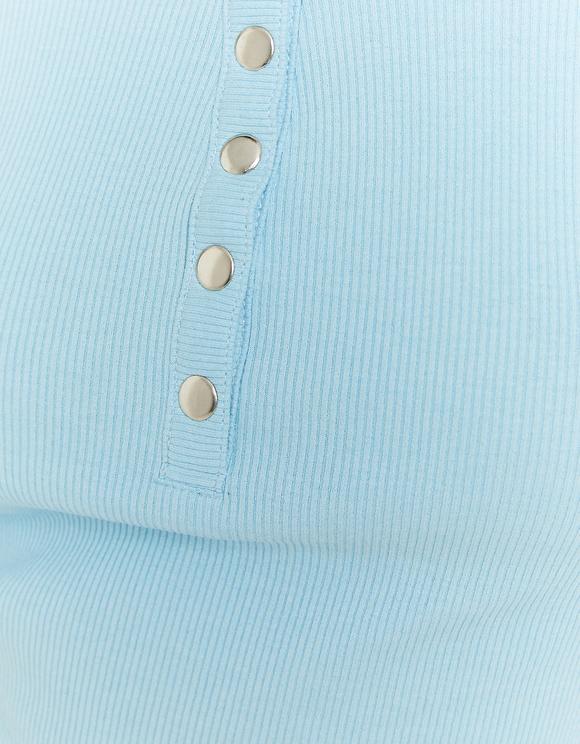 Blaues Top mit Knöpfen
