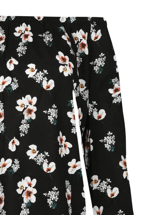 Schwarze Bluse mit Blumen