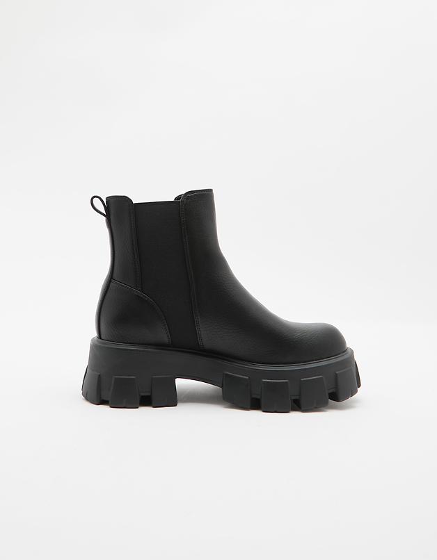 Czarne buty na grubej podeszwie