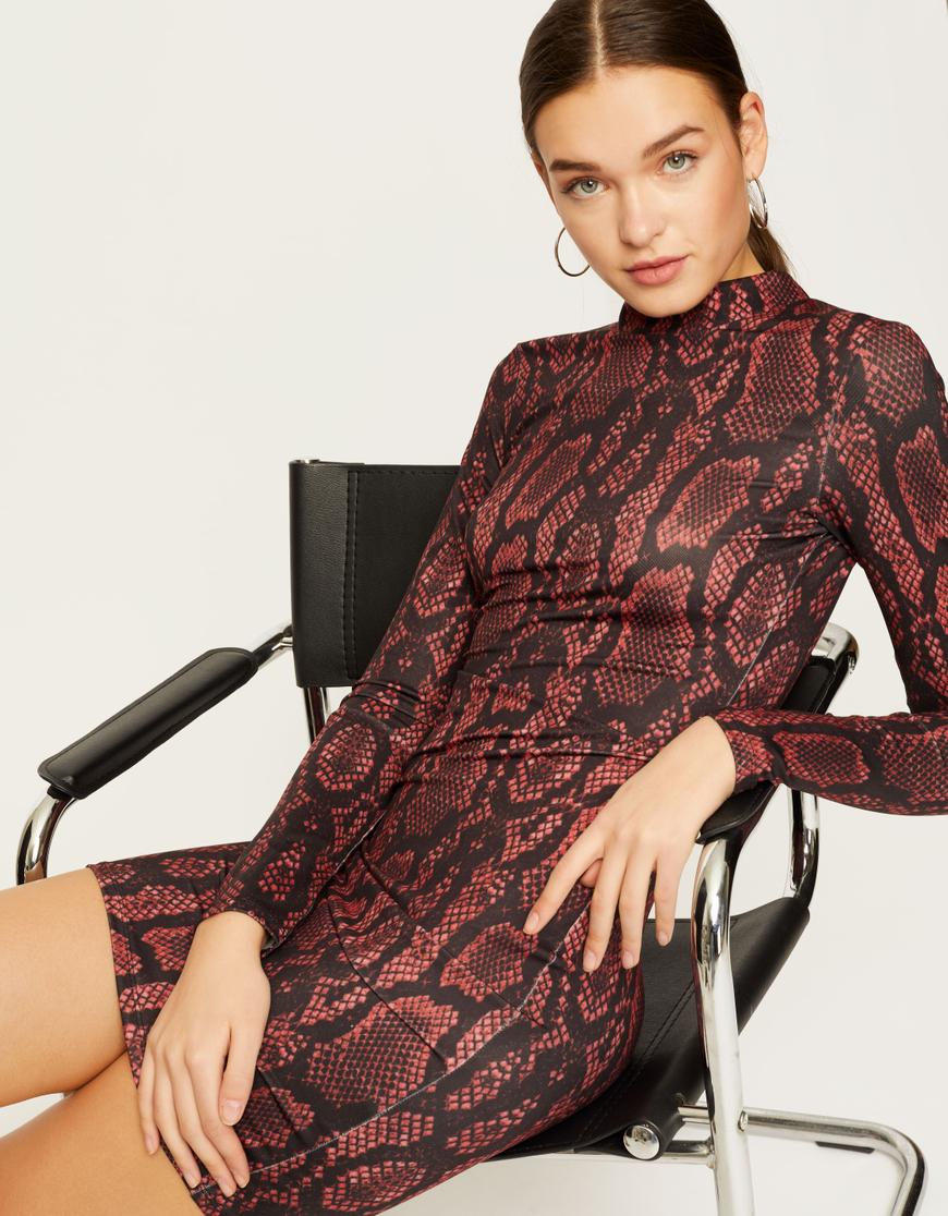 Burgundowa sukienka z motywem węża