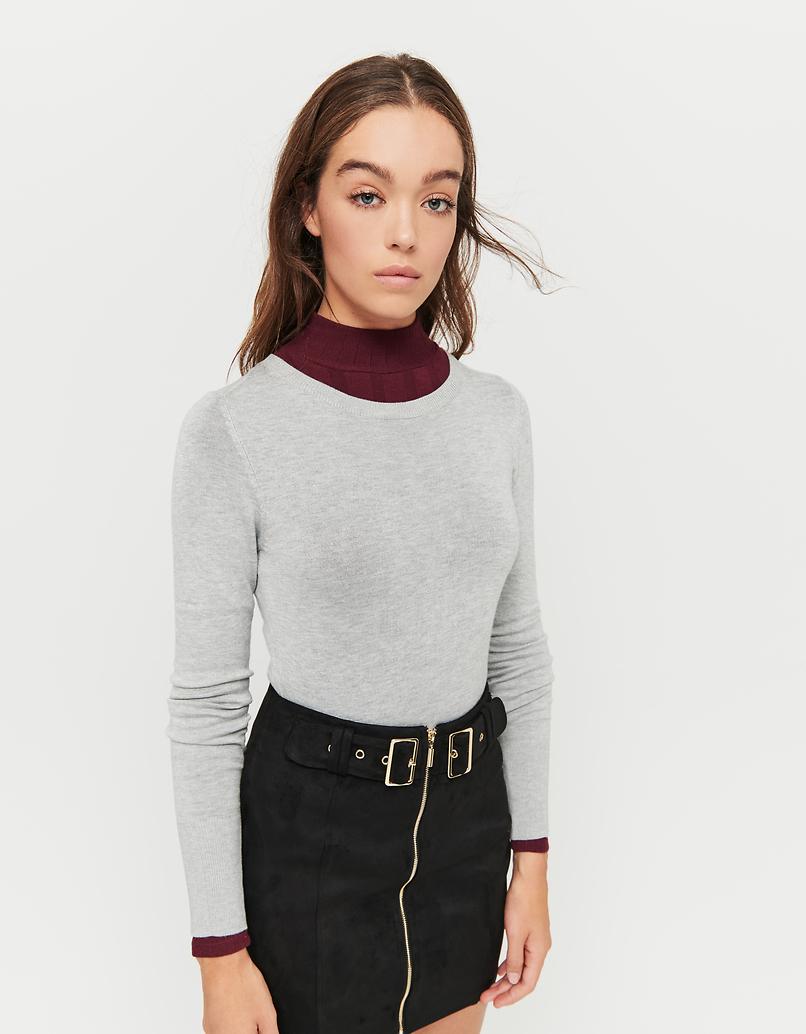 Grauer, enganliegender Pullover