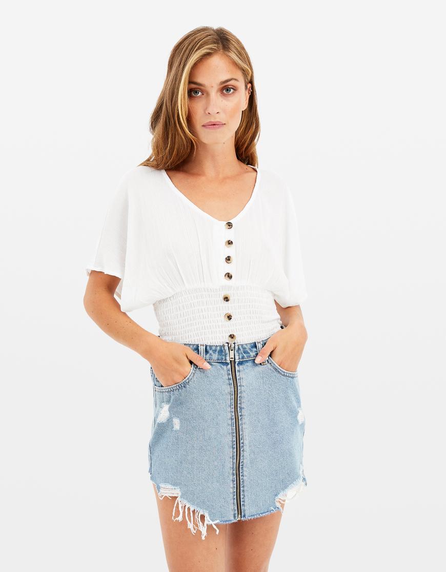Weiße Bluse mit geraffter Taille