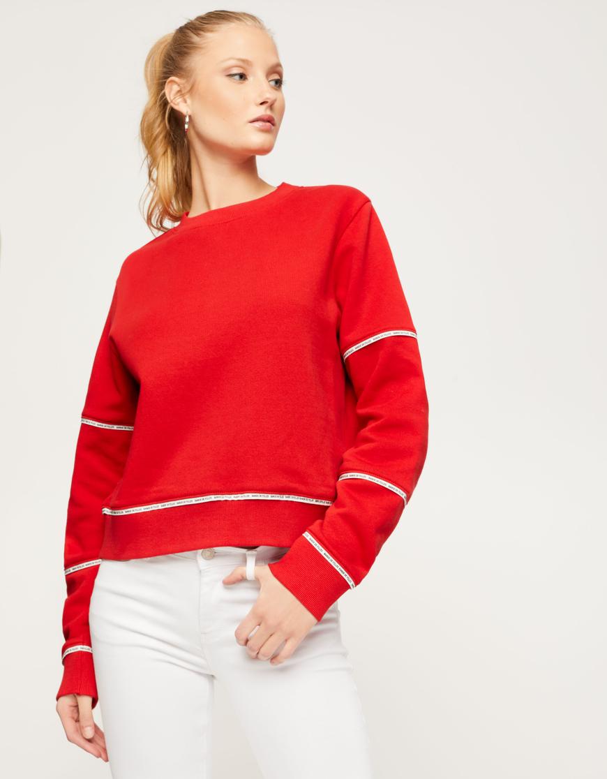 Rotes Sweatshirt mit Streifen