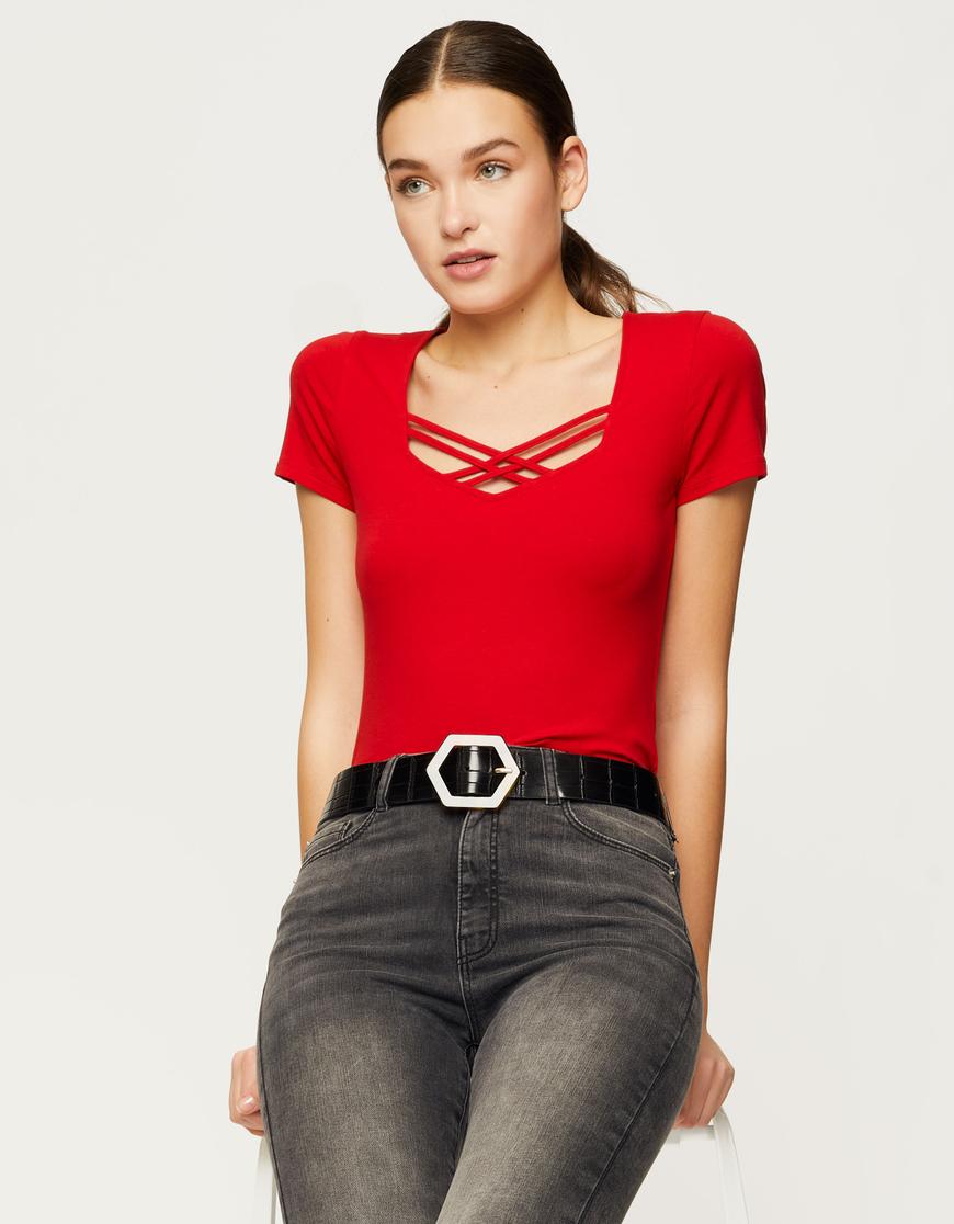 Rotes T-Shirt mit Criss Cross