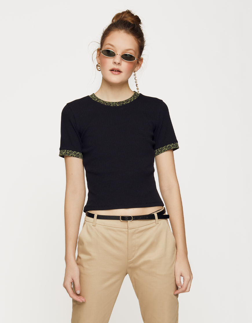 Schwarzes T-Shirt mit Leo Details