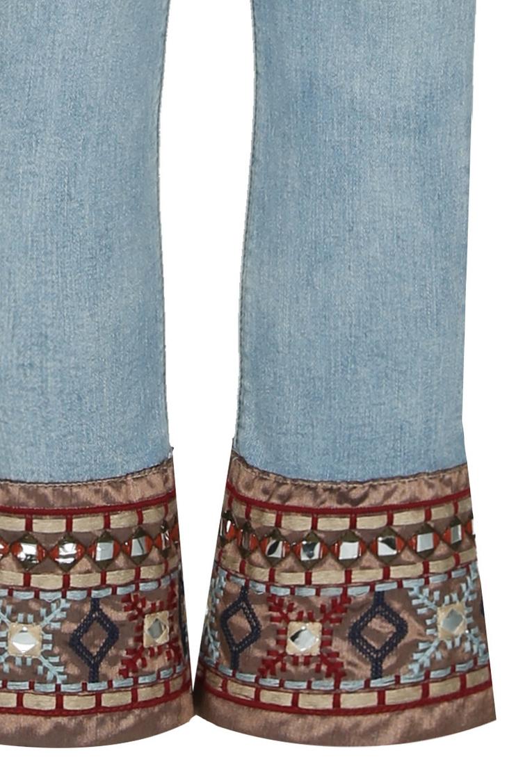 Blaue Jeans mit Ethnoelementen